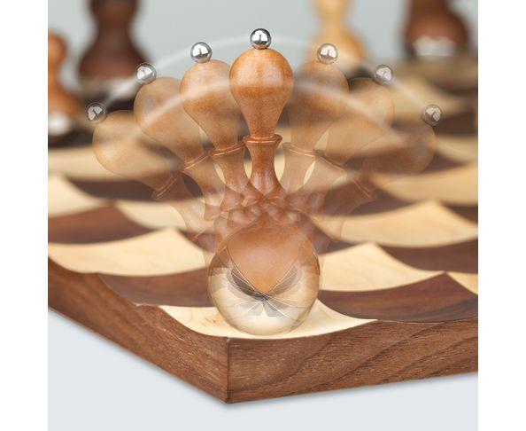 jeu d 39 chec en bois wobble chess set walnut sur deco and me. Black Bedroom Furniture Sets. Home Design Ideas