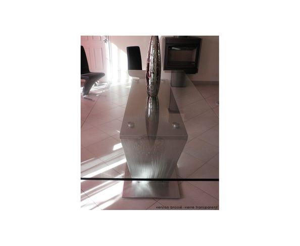 Table de repas en verre et pieds acier